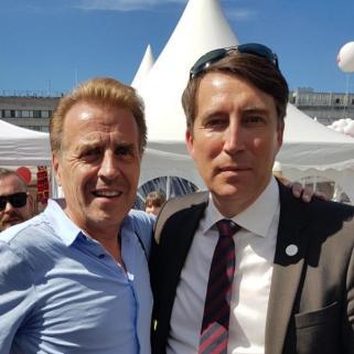 Ruotsin veljespuolueen johdon kanssa palaveria SuomiAreenassa.